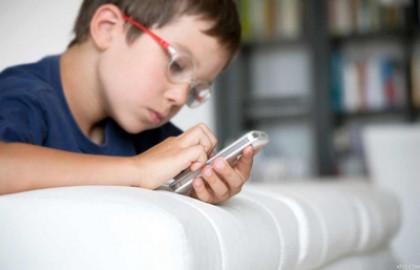 10 أمور يمكنك عملها لحماية طفلك من مخاطر الهاتف المحمول